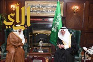 أمير تبوك يستقبل الأمير تركي الفيصل خلال زيارته للمنطقة