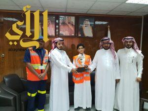 مدير منطقة الرياض يكرم الطفل المنقذ وينضم لمتطوعي الهلال الأحمر
