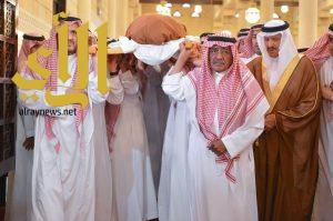عدد من الأمراء والمسؤولين يؤدون صلاة الميت على الأمير منصور ومرافقيه