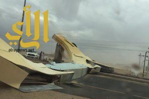 أمطار ورياح تتسبب في سقوط مجسم مدخل شمال محافظة طريب