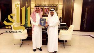 """مدير تعليم الرياض يستقبل """"آل ناجع"""" ويستلم نسخة من رسالة الماجستير"""