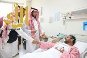 مدير فرع هيئة الهلال الأحمر السعودي بالرياض يزور مصابي شظايا الصاروخ