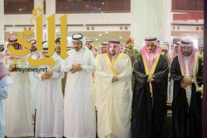"""أمير القصيم يتقدم المصلين على """"الغصن"""" رئيس مجلس بلدي بريدة"""