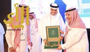 """""""العيسى"""" يكرّم مدير عام تعليم الرياض في الملتقى الثالث لخدمة"""