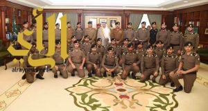 """سمو أمير جازان يقلد """"32""""  ضابطاً رتبهم الجديدة من منسوبي الأمن العام"""