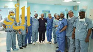 الصحة : بروفيسور فرنسي يجري عمليات بمستشفى صبيا العام