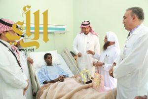 مستشفى وادي الدواسر يحتفي بمريض حفظ جزء عم على السرير الأبيض
