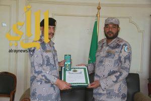 العتيبي يقلد الشهراني وسام الملك عبدالعزيز