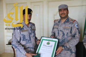 اللواء العتيبي يقلد وسام الملك فيصل لقائد قطاع الموسم