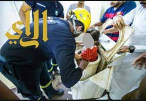 مدني جازان ينقذ طفلة أحتجزت داخل غسالة