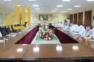 محافظ المسارحة يعقد اجتماعا بالمجلس المحلي ورئيس البلدية والمشائخ والاعلاميين