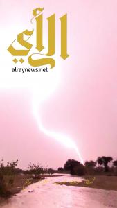 شاهد .. البرق يضيء سماء محافظة طريب