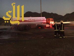 مشيئة الله تحول دون حدوث حريق ضخم بعد تصادم ثلاث مركبات بناقلة بنزين وتسرب حمولتها