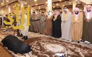 أمير منطقة حائل يؤدي صلاة الميت على شهيد الواجب الرقيب عبيد الشمري