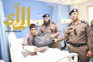 ضباط مدني مكة في  زيارة للمنومين في مستشفى الملك عبدالعزيز وتقديم الهدايا والنشرات التوعوية لهم