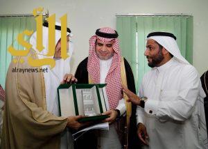 تقني نجران يهدي وزير التعليم هدايا تذكارية من إنتاج المتدربين والمتدربات