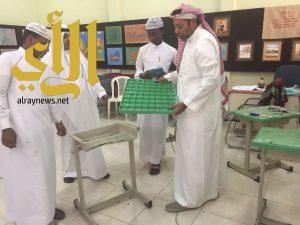 تعليم جنوب جدة يكرم معلم أعاد تدوير ٣٠٠ طاولة تالفه