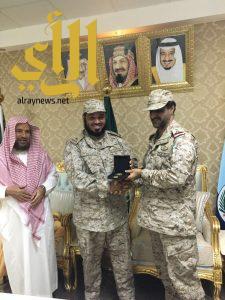 قائد قوة جازان يكرم ضابط الشؤون الدينية بوزارة الدفاع الرائد العمار ويثمن جهوده
