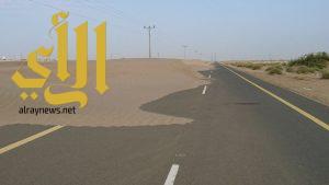 رمال زاحفة تغطي طريق قرية القصادية
