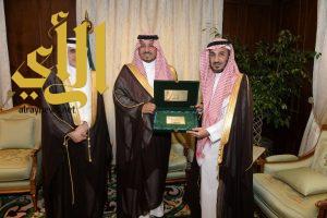 الأمير منصور بن مقرن يثمن جهود جمعية حفظ النعمة
