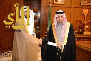 أمير عسير يتسلم دعما مالياً لجناح المنطقة بالجنادرية