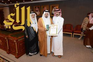 أمير عسير يقلد آل مغني وسام الملك عبدالعزيز من الدرجة الثالثة