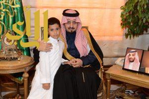 أمير عسير يستقبل أسرة الطالب الأحمري ويقدم لهم التعازي