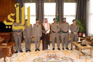 أمير عسير يقلد نائب مدير شرطة المنطقة وعدداً من الضباط رتبهم الجديدة