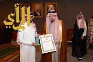 أمير عسير يقلد القحطاني وسام الملك عبدالعزيز