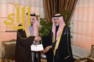 أمير عسير يتسلم دعم مالي من شركة ستار