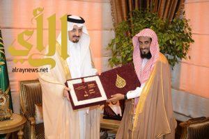 أمير عسير يتسلم التقرير السنوي للجمعية الخيرية بمحافظة البرك