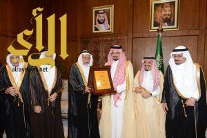 أمير عسير يلتقي رئيس وأعضاء مجلس أمناء مركز الملك عبدالله