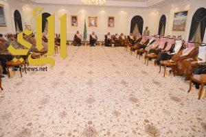 أمير عسير يلتقي أصحاب الفضيلة والقضاة ومدراء الإدارات الحكومية بالجلسة الأسبوعية