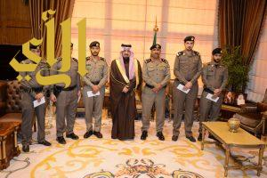 أمير عسير يكرم عدد من ضباط وأفراد مرور المنطقة