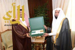 منصور بن مقرن يستقبل رئيس هيئة التحقيق والادعاء العام