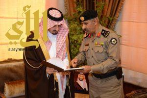أمير عسير يتسلم التقرير الإحصائي السنوي لشرطة المنطقة