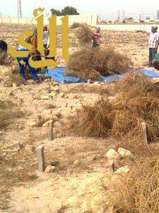 بلدية الجبيل تواصل أعمال تنظيف مقابر المحافظة من الشوائب والحشائش