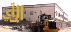بلدية النعيرية : استمرار أعمال النظافة في إزالة الأنقاض والمخلفات