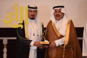 مدير عام التعليم بمنطقة الرياض يُكرّم القائد التربوي محمد العتيبي