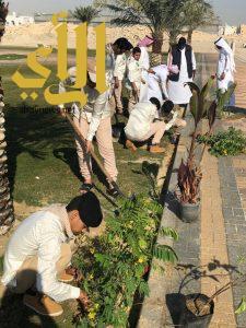 20 طالب يشاركون بلدية غرب الدمام في المحافظة على الحدائق
