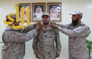قائد لواء الملك خالد الرابع يقلد آل جمعان رتبة مقدم