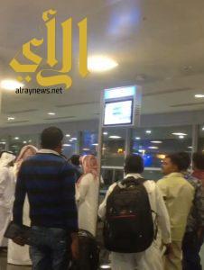 شاهد .. ربكة داخل مطار الملك خالد وفوضى جراء تأخر إقلاع رحلة الخطوط السعودية رقم (1959)