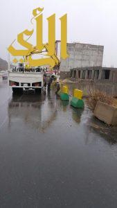 أمانة عسير تواصل أعمال إزالة مخلفات الأمطار