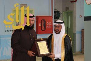 رئيس مركز الخنقة يكرم أسر الشهداء بمجمع عمرو بن الجموح التعليمي