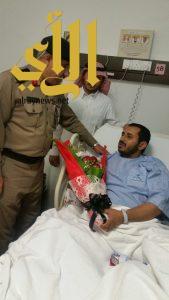 مدير شرطة عسير يطمئن على صحة رجل الأمن المصاب في مركز الأمواه