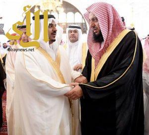الامير محمد بن عبدالرحمن يؤدي صلاة الميت على الشيخ عبدالمحسن ال الشيخ