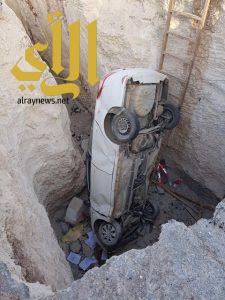 نجاة طالب بعد سقوط سيارته في حفرة مجاري