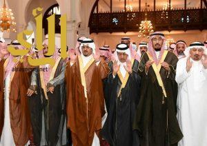 أمير الرياض بالنيابة يؤدي صلاة الميت على الهويشل