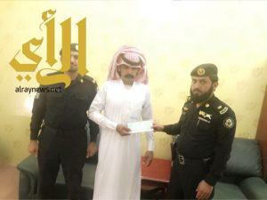 وزير الداخلية يكرم الجندي أول المسعري بمكافئة مالية
