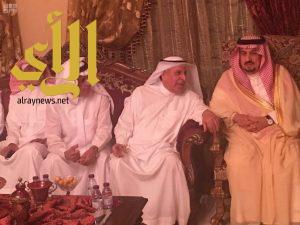 أمير منطقة الرياض يقدّم العزاء والمواساة لأسرة الفايز في وفاة والدتهم